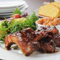 12268205-un-plato-de-costillas-de-cerdo-o-carne-de-res-y-frijoles-al-horno-con-pan-de-maíz